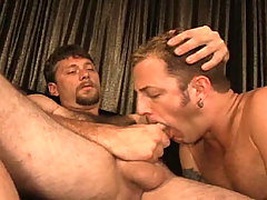 Sweaty Dilf havin some cock deep in the ass in here !